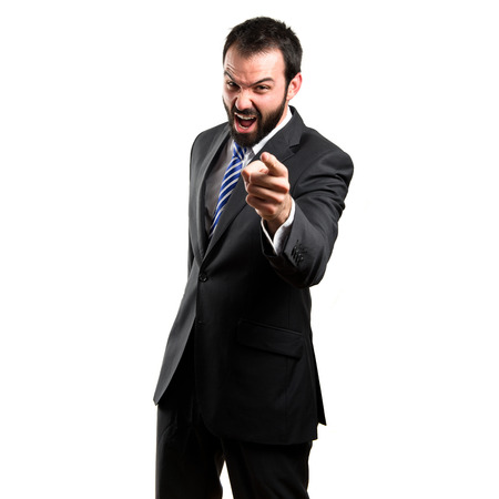 jefe enojado: empresario fondo blanco aislado enojado y gritando por encima