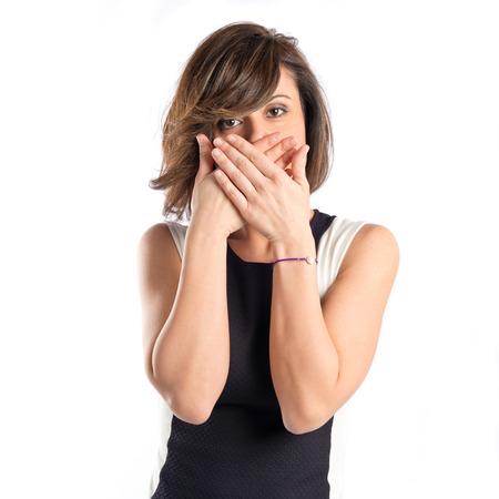 Vrouwen met haar mond gesloten door haar handen