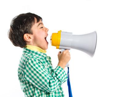 megafono: Gritando por megáfono Kid sobre fondo blanco Foto de archivo