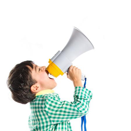 ni�o modelo: Gritando por meg�fono Kid sobre fondo blanco Foto de archivo