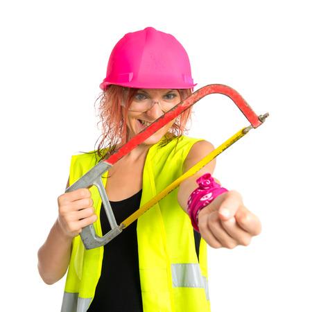 mujer trabajadora: Mujer del trabajador cortar su mano trabajando con una sierra