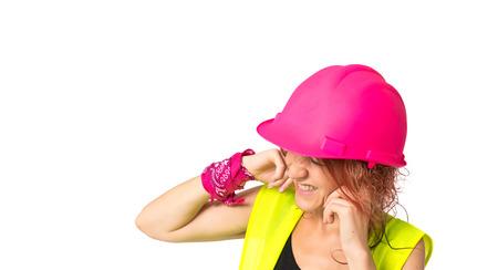 mujer trabajadora: Mujer del trabajador que cubre sus o�dos sobre fondo blanco