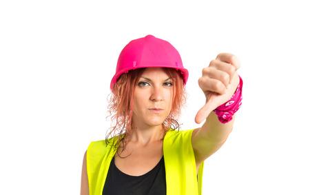 mujer trabajadora: Mujer del trabajador haciendo una mala se�al sobre fondo blanco