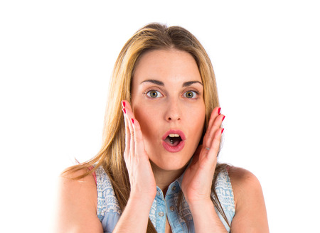 cara sorprendida: Chica haciendo gesto de sorpresa sobre fondo blanco Foto de archivo