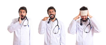 dolor de oido: Otorrinolaring�logo loco con su otoscopio sobre fondo blanco