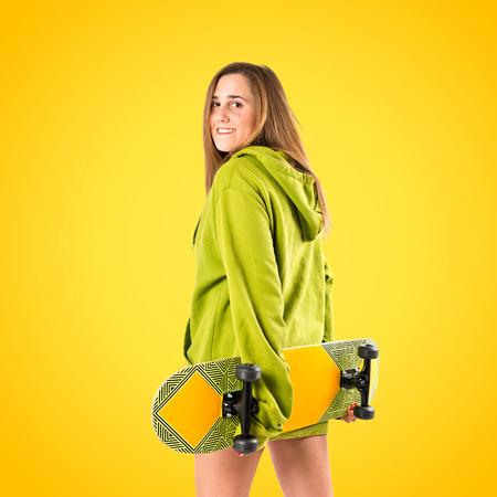 sudadera: Patinador con la camiseta verde sobre fondo amarillo
