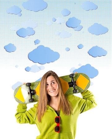 sweatshirt: Skater con la camiseta verde sobre fondo de las nubes