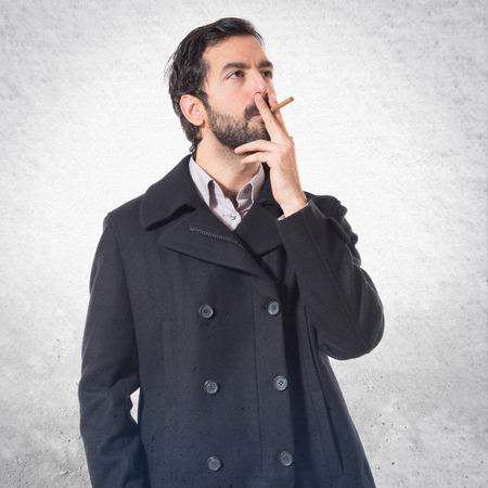 hombre fumando: Hombre hermoso de fumar