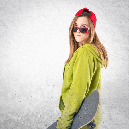sweatshirt: Skater con sudadera verde sobre fondo blanco