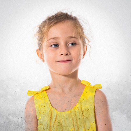 niños rubios: Niña rubia sobre fondo blanco