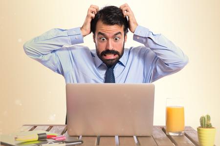 gefrustreerde zakenman op een witte achtergrond