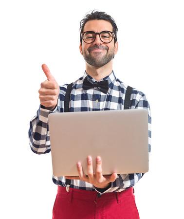 흰색 배경 위에 노트북과 함께 포 쉬 소년