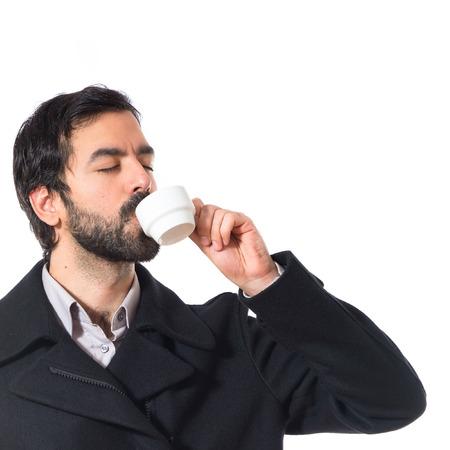 hombre tomando cafe: Brunette hombre beber caf�