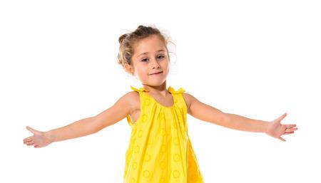 petite fille mignone: Blonde petite fille qui danse sur fond blanc