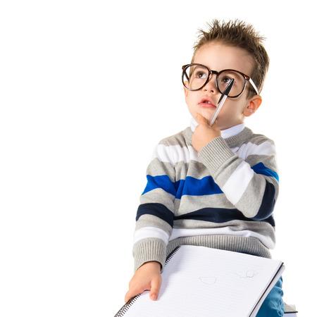 Kid denken op boeken