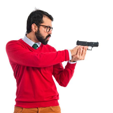 hombre disparando: Hombre inconformista disparar con una pistola