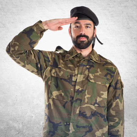 soldado: Soldado saludando Foto de archivo