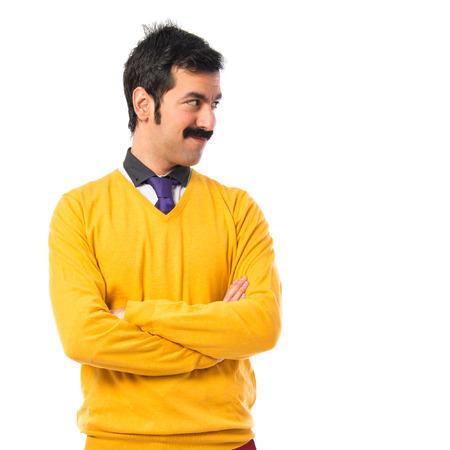 bigote: El hombre con el bigote con los brazos cruzados