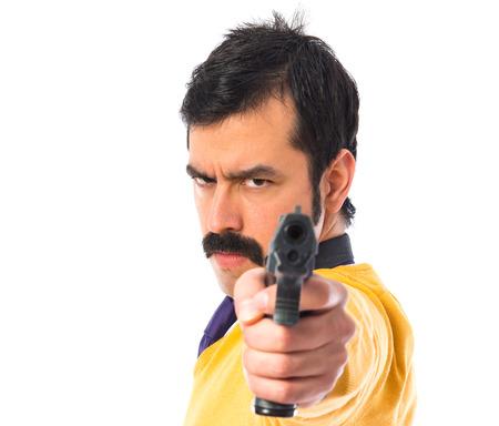 hombre disparando: Hombre disparando con una pistola