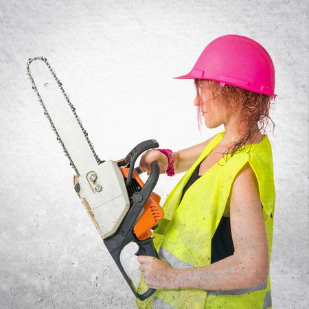 mujer trabajadora: Mujer del trabajador con motosierra sobre fondo blanco Foto de archivo