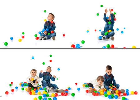 hermanos jugando: Hermanos que juegan con bolas de colores