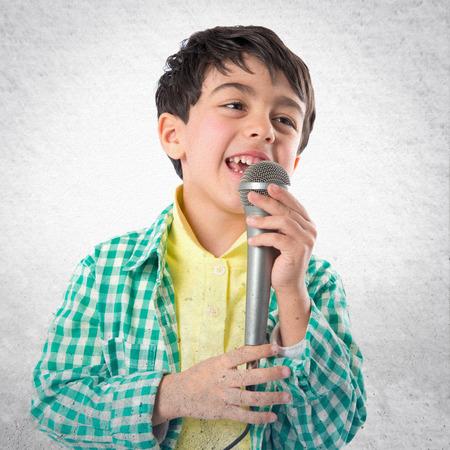 cantando: El canto del ni�o sobre el fondo blanco