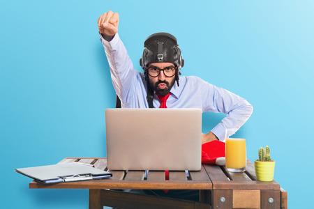 パイロット帽子で彼のオフィスのビジネスマン