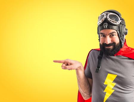 lateral: Superhero se�alando el lateral