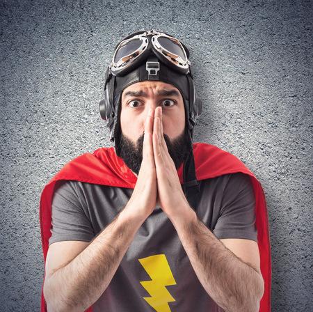 suplicando: Superhero declararse sobre el fondo blanco Foto de archivo