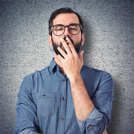hombre fumando: Hombre joven inconformista fumar sobre fondo blanco