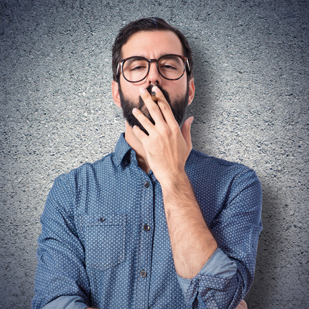 hombre fumando: Young hipster man smoking over white background