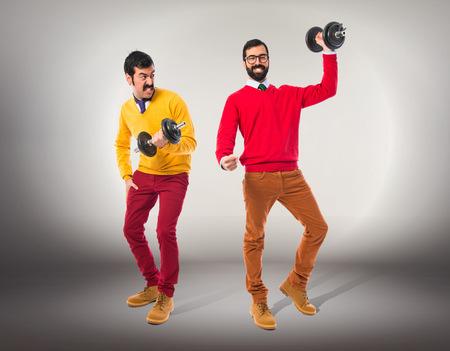 levantamiento de pesas: Hermanos gemelos haciendo el levantamiento de pesas