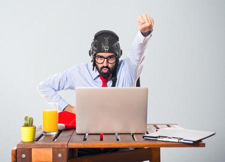 gente loca: Hombre de negocios en su oficina con el sombrero de piloto