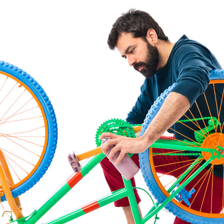 hombre pintando: Hombre que pinta una bicicleta