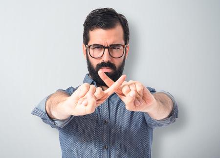 comunicacion no verbal: Hombre joven inconformista hacer ningún gesto Foto de archivo