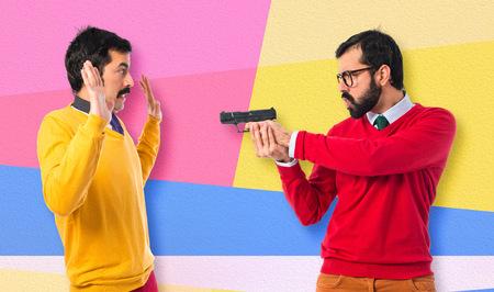 hombre disparando: Hombre que tira a su hermano
