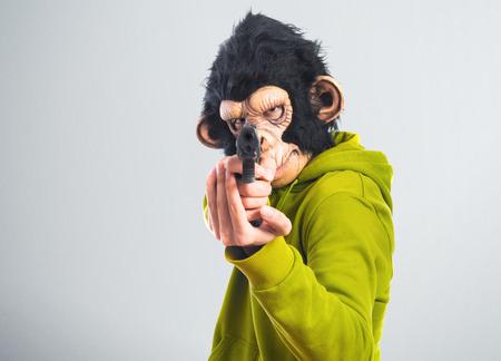 hombre disparando: Monkey man shooting with a pistol