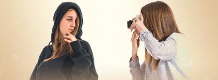 soeur jumelle: Fille de photographier � sa s?ur jumelle