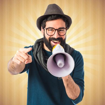 megafono: Hombre gritando por megáfono