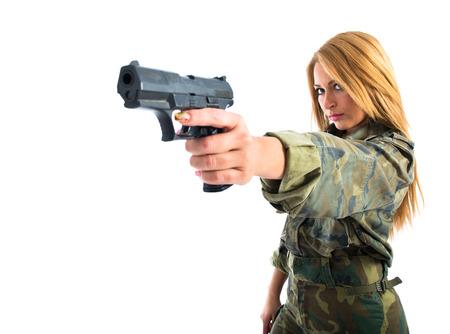 mujer con arma: Mujer militar disparar un arma