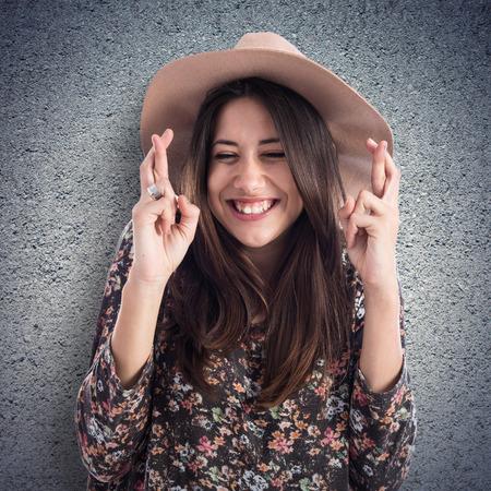 dedo: Mujer con sus dedos cruzar Foto de archivo