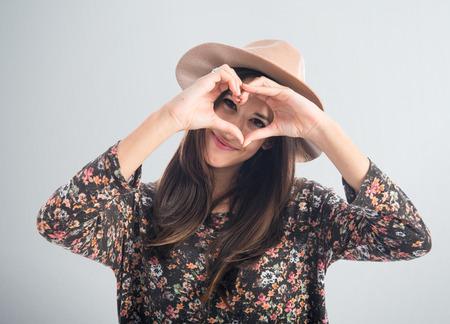 simbolo de la mujer: Mujer haciendo un corazón con sus manos Foto de archivo