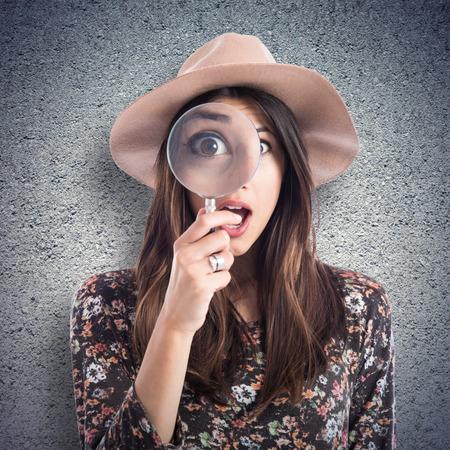 Femme surprise avec loupe Banque d'images - 43945378