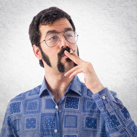 hombre fumando: hombre joven de fumar de la vendimia Foto de archivo