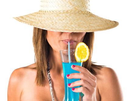 tomando alcohol: Mujer que bebe un coctel