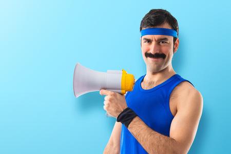 Sportman schreeuwen door megafoon