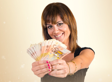 mucho dinero: Chica con un mont�n de dinero