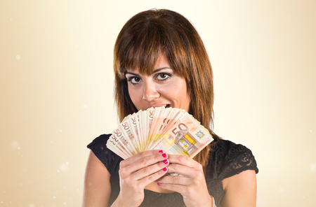 mucho dinero: Muchacha sorprendida con un montón de dinero