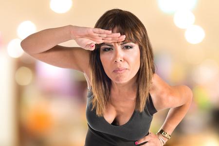 alzando la mano: Mujer que muestra algo Foto de archivo