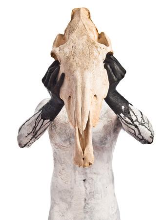 hombre prehistorico: hombre prehistórico con el cráneo de caballo